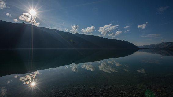 Der See liegt da wie ein Spiegel.