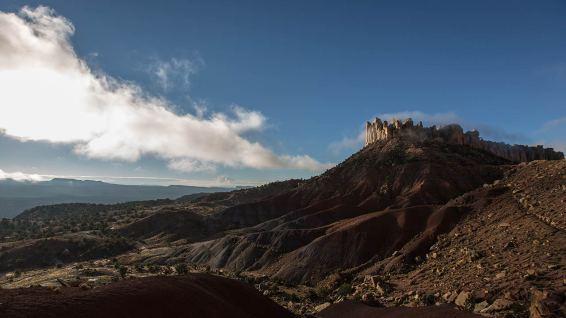 Wie eine Festung aus dem Mittelalter trohnen die Felsen über dem Tal.