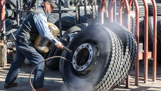 Mit Druckluft werden die Reifen auf die Felgen gezwungen.
