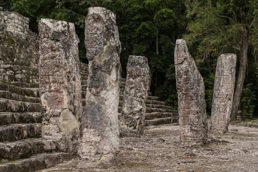 Stonehenge? Hinkelsteine? Nein, Calakmul.