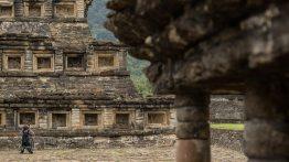 El Tajin: viele der Tempel haben kassettenartige Vertiefungen.