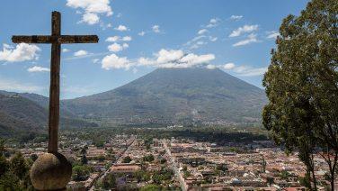 Antigua liegt eingebettet zwischen drei Vulkanen.
