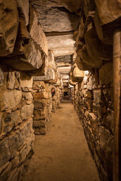 Wir haben Spass in den unterirdischen Gängen der Ruinen von Chavin de Huatar.