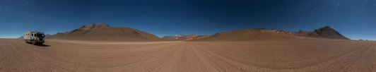 Wo immer es geht, fahren wir im Sand neben der Wellblech-Piste.