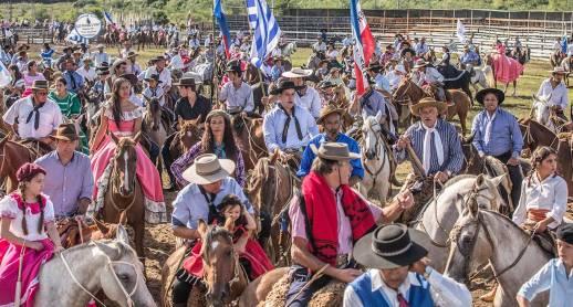 Einer der Höhepunkte am Gaucho-Festival ist die grosse Parade, die vom Festgelände durchs ganze Dorf führt.