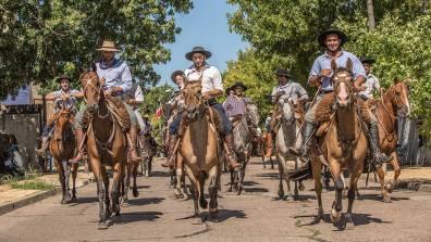 Hunderte Reiter bilden die Parade.