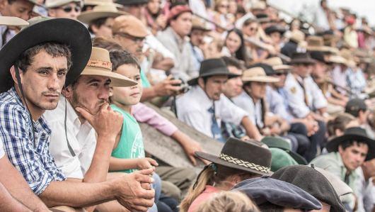 Das Publikum beobachtet die Rodeo-Ritte kritisch und feuert die Reiter an.