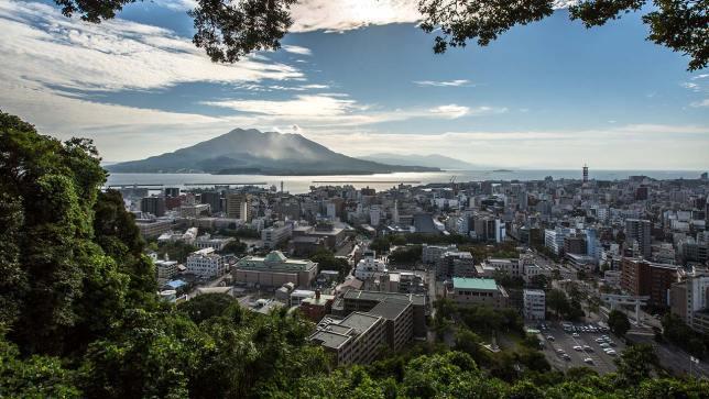 Im Süden von Japan liegen aktive Vulkane direkt neben Städten.
