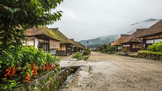 Traditionelle Stroh-Häuser aus der Edo-Zeit in den Bergen Japans.