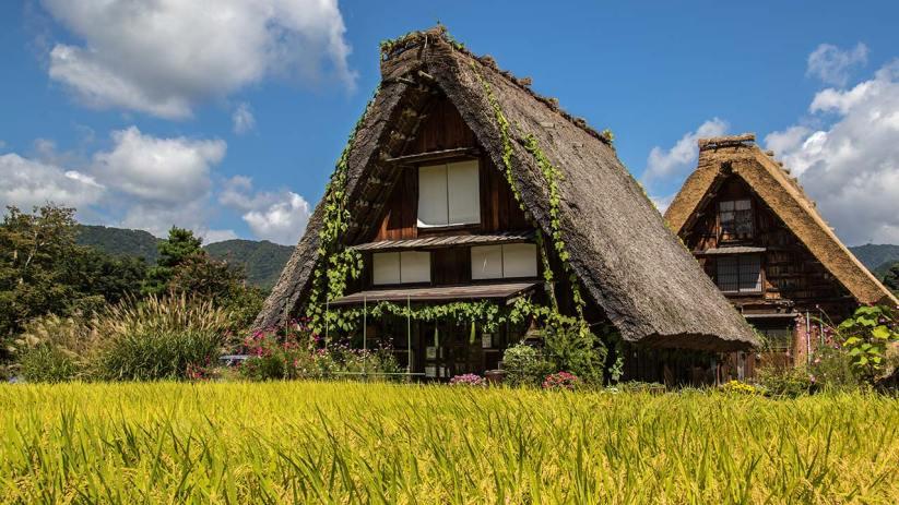 Traditionell gebaute Häuser haben steile Dächer, damit der viele Schnee abrutschen kann.