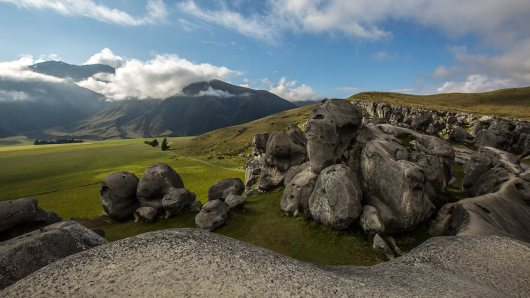 Auf dem Weg liegt Castle Hill, eine Ansammlung skuril geformter Felsen.
