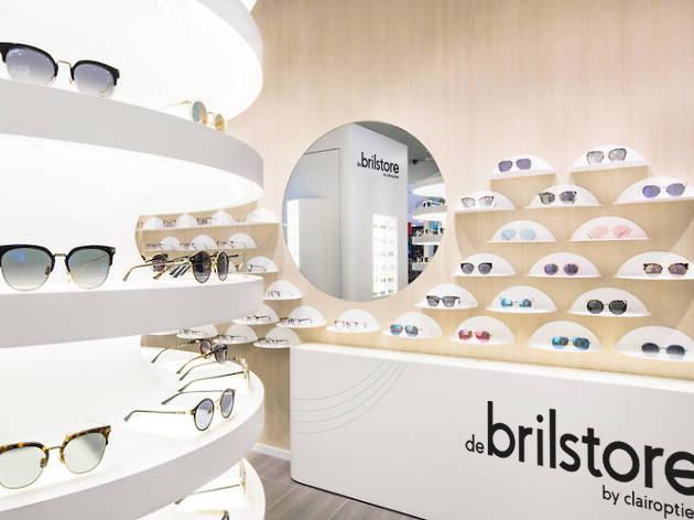 Dit is een afbeelding van de winkel voor De Brilstore uit Voorhout. Deze optiekwinkel met gecertificeerde optometristen is een nieuw concept uit de koker van Clair Optiek uit Sassenheim. Op de afbeelding zien we brillen op witte planken. Op de onderzijde van de stellingkast staat het logo van De Brilstore. Het concept en de schets van de winkel zijn ontwikkeld, gemaakt en vormgegeven door Activates merkversterkend reclamebureau uit Sassenheim.