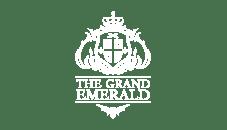 Wit logo The Grand Emerald uit Enschede op een transparante achtergrond ontworpen door Activates merkversterkend reclamebureau uit Sassenheim