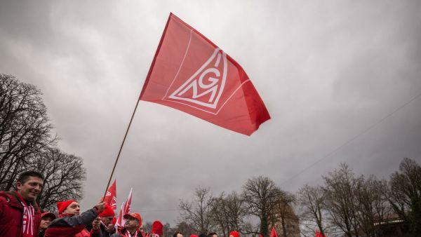 des-manifestants-tiennent-un-deapeau-du-syndicat-ig-metall-lors-d-un-defile-a-augsbourg-le-14-janvier-2015_5250887
