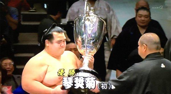 evenement-pour-la-premiere-fois-en-10-ans-un-japonais-gagne-un-tournoi-de-sumo-dozodomo-httpst-cobby3bo7jpl-httpst-coo6xgjyzv53