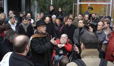 Espetacular foto dos autores se manifestando às portas da Dupuis. Em primeiro plano, na cadeira de rodas, o recentemente falecido Yvan Delporte