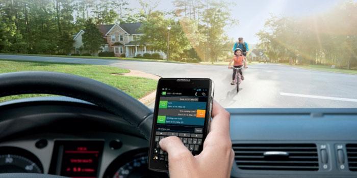 mirar el móvil conduciendo