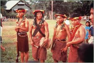 candoshi hombres tocando ombo