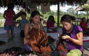 Las mujeres en Nuevo Canchahuaya, como suele suceder con las Conibo Shipibo son grandes artesanas y dedican parte del día a la elaboración de textiles que luego comercializan en la ciudad.