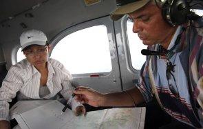 José Villacorta, de Pronaturaleza, y María Elena Díaz Ñaupari, Jefa de la Zona Reservada Sierra del Divisor, con GPS y mapa en mano evalúan la ruta durante el sobrevuelo, que sirvió para registrar los principales valores de conservación del área y el estado actual de las amenazas que enfrenta.