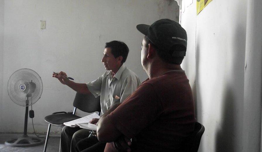"""Los dirigentes tienen un rol importante en el proceso de formalización, ya que ellos coordinan con los mineros de la región. Willberder Vegas es representante de la comunidad campesina de San Sebastián, distrito de Suyo. Para él la formalización es importante """"porque no es bueno estar a la deriva y la tarea más grande es la concientización""""."""
