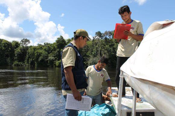Foto nº02- Patrullaje e intervencion por el comite de control y vigilancia coumanl.C.C. Puca urco - río Nanay. Tomado por Fernando Arevalo_spda