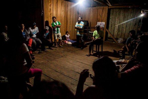 Reunión de socios de la APPA Los Cocodrilos en casa de Dagoberto. Las decisiones se toman en conjunto, las ideas se comparten y todos tienen oportunidad de opinar. Esta vez se comparan las ofertas de los acuaristas y se decide firmar el contrato de la venta de los alevinos.