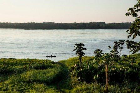 """Una mañana de pesca en el río Marañón, frente a Puerto Prado. Esta comunidad nativa tiene 70 habitantes y es reconocida por ser la primera en gestionar su propia Área de Conservación Privada, """"Paraíso Natural Iwirati"""". Hasta aquí llegan investigadores y turistas para conocer su biodiversidad."""