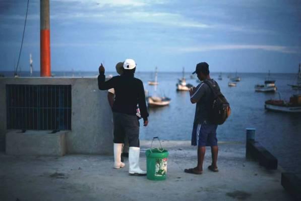 Son las 5:30 de la mañana y varios pescadores ya están listos para iniciar la faena, mientras otros esperan a sus compañeros que salieron horas antes. La jornada de un pescador a veces dura más de 10 horas.