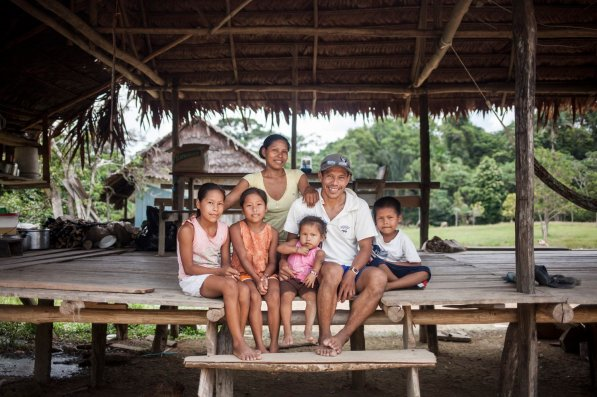 La familia Caritimari abre su vida en la Comunidad Diamante - 7 de Julio, ubicada en la zona de amortiguamiento del Área de Conservación Regional Comunal Tamshiyacu Tahuayo (ACRCTT), en Loreto. Ahí, Carlos y su esposa Pilar inician el día junto a Nataly, Colette, Emely y Tyler, sus hijos.