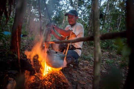 Al caer la noche, Carlos se preparará para salir a cazar en el bote, buscando en las orillas animales que se acerquen a beber. Cena y café serán su combustible y el del bote, ya que irá remando para no alertar a las presas.