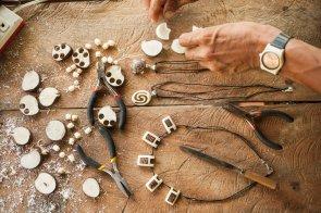 Para trabajar la tagua, la recoge del bosque, la deja secar, la pela, pule y corta en láminas, y, finalmente, le da la forma deseada con el punzón. Recientemente, ha tallado 80 dijes para comercializar en tiendas de Lima.