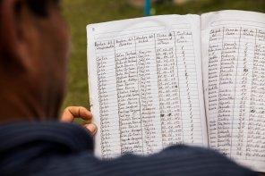 Carlos está a cargo de una labor crucial dentro del esquema de cogestión para la sostenibilidad en el ACRCTT: él lleva los registros de caza en su comunidad. Así, se pueden controlar las especies cazadas y respetar las cuotas pactadas en el Comité de Gestión. Los acuerdos de caza actuales dictan que cada familia puede cazar, cada 60 días, 5 ejemplares grandes o 6 especies pequeñas.