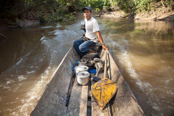 Llevando consigo la escopeta, además de botas de hule, una olla con tallarines y otra con café, Carlos se adentrará, surcando el río Quebrada Blanco, en el ACRCTT. Esta está ubicada al sureste de Iquitos y cuenta con una extensión de 420 000 hectáreas.