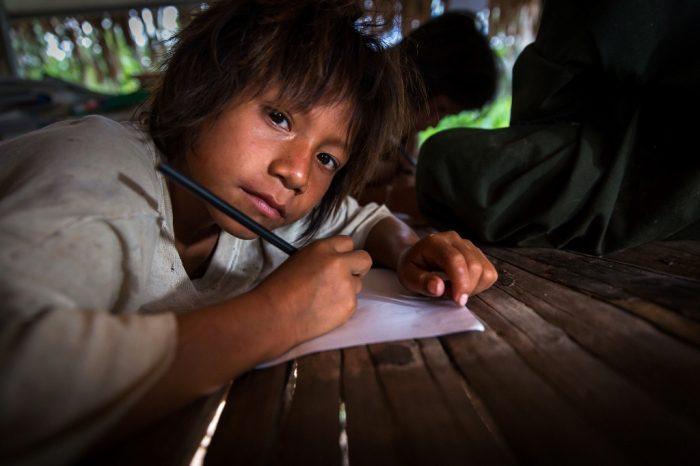 """Esta es la escuelita que dirige el Leandro Cartagena, profesor en la CN Santa Rosita, la más cercana a la frontera con Brasil y una de las más pobres del distrito y quizás del país. Según el profe, """"no hay mesas ni sillas pero hay ganas""""."""
