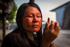 Luz Mari Ruiz Santos (asheninka) se alista para iniciar el día en la CN Dulce Gloria. La pintura facial hecha a base de achiote es principalmente usada como bloqueador para proteger el rostro del sol. Cada individuo se pinta un diseño distinto, algunos incluso se pintan las letras de su nombre en el rostro.