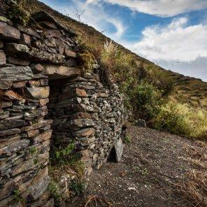 Cuyocuyo Ubicado en las nacientes del río Inambari, el Sitio Prioritario Cuyocuyo se caracteriza por su impresionante andenería y gran agrodiversidad, además de testimonios arqueológicos, pinturas rupestres, camino prehispánico y aguas termales.