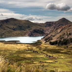 Vilquechico Tilali El Sitio Prioritario Vilquechico Tilali, ubicado a 3881 m.s.n.m., es de gran belleza paisajística y presencia de fauna como zorro andino, vizcacha, pájaro carpintero, gorrión andino, aves acuáticas, zambullidor del Titicaca y rana gigante del Titicaca. Se encuentra la ciudadela de SIANI.
