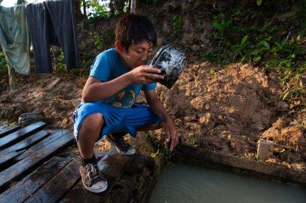 Entre los pueblos indígenas son comunes las enfermedades transmitidas por tomar agua no segura, falta de acceso a agua potable, o de acceso a cloro para tratarla. El resultado son enfermedades diarreicas crónicas que los desnutren.