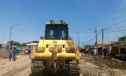 Maquinaria pesada del Gobierno central recorre las diferentes calles, ayudando a retirar el lodo.