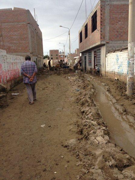 Así lucen las calles: barro y desperdicios que aún no se han retirado.