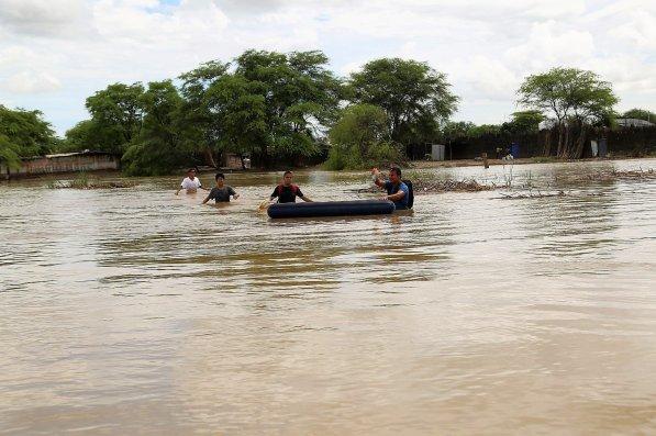 Voluntarios también ayudaron en todo momento. Aquí se observa a jóvenes que arriesgaron sus vidas para dejar agua y alimentos a las personas que no querían dejar sus hogares.