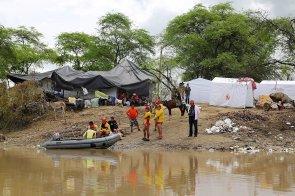 Los que no dejaron Molino Azul, se refugiaron en esta loma, donde personas de Defensa Civil instaló unas carpas.