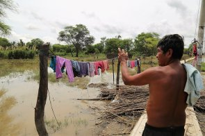 Vecino de La Campiña (Catacaos) señala su hogar inundado y narra que no puede ni siquiera sacar alguna pertenencia.