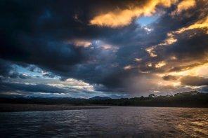 4. Río Alto Madre de Dios, el sol se oculta detrás del PN del Manu. Esta parte del río es la frontera natural entre las zonas de amortiguamiento del Manu y la RCA.