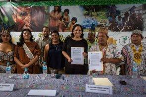 Fenamad y la Sociedad Peruana de Derecho Ambiental (SPDA) firmaron convenio para el desarrollo de pueblos indígenas. Sostienen el acuerdo de cooperación Silvana Baldovino, directora del Programa de Pueblos Indígenas, Biodiversidad y Desarrollo de la SPDA, y Julio Cusurichi, presidente de Fenamad.