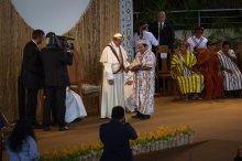 El presidente de Fenamad, Julio Cusurichi, tuvo unos pocos minutos con el Papa Francisco en el coliseo regional. Le entregó un manifiesto de los pueblos indígenas.