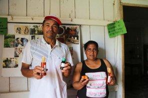 Con el aguaje, la población fabrica aceites, jabones, colonias, entre otros. Estos productos son ofrecidos a los turistas. Foto: Jaime Tranca / SPDA