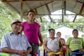 """Un cambio importante que se ha dado en este lugar esta comunidad está relacionado con la participación de las mujeres en los trabajos y decisiones de la comunidad ha crecido. """"El rol de las mujeres en tiempos de la castaña es igual al de los varones. Recolectamos, cargamos, macheteamos, igual que los hombres"""", dice Nerci, madre de dos hijos. Foto: Vico Méndez / SPDA"""