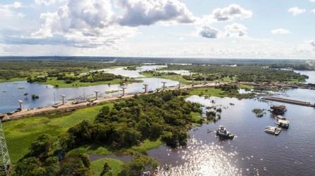 1.- Vista aérea de los trabajos para la construcción del puente sobre el río Nanay.